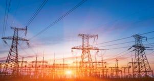 Subestação elétrica da distribuição com linhas elétricas e transformadores fotos de stock royalty free