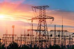 Subestação elétrica da distribuição com linhas elétricas e transformadores imagens de stock royalty free