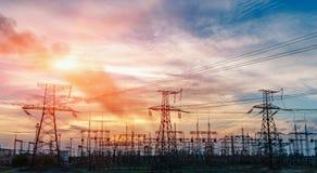 Subestação elétrica da distribuição com linhas elétricas e transformadores fotos de stock