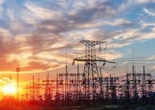 Subestação elétrica da distribuição com linhas elétricas e transformadores foto de stock royalty free