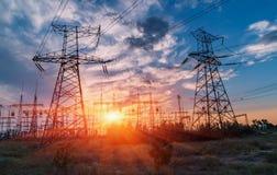 Subestação elétrica da distribuição com linhas elétricas e transformadores imagens de stock