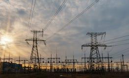 Subestação elétrica da distribuição com linhas elétricas e transformadores fotografia de stock royalty free