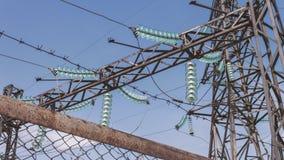 Subestação elétrica de alta tensão Fios em apoios com isoladores Indústria energética Distribuição e transporte video estoque