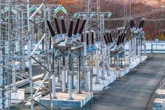 Subestação elétrica elétrica de alta tensão no aberto imagens de stock
