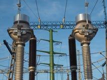 Subestação elétrica de alta tensão no fundo do céu azul fotografia de stock royalty free