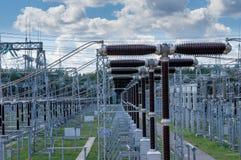 Subestação elétrica 330 quilovolts, uma série de interruptores de alta tensão fotos de stock royalty free