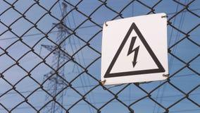 Subestação elétrica Sinal de aviso sobre o risco de choque elétrico Fios de alta tensão no apoio, produção e video estoque