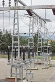 Subestación de Electric Power con el interruptor del circuito, reguladores y Imágenes de archivo libres de regalías