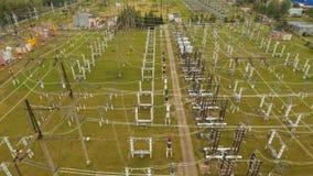 Subestación eléctrica, central eléctrica Silueta del hombre de negocios Cowering almacen de video