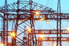Subestación eléctrica en la iluminación de la noche Imagen de archivo