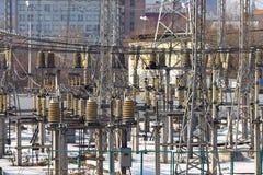Subestación eléctrica en paisaje urbano del invierno Foto de archivo libre de regalías