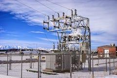 Subestación eléctrica en un campo abierto Fotografía de archivo libre de regalías