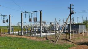 Subestación eléctrica fuera de la ciudad Foto de archivo