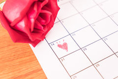 subió en el calendario con la fecha de DA de la tarjeta del día de San Valentín del 14 de febrero Fotos de archivo libres de regalías