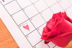 subió en el calendario con la fecha de DA de la tarjeta del día de San Valentín del 14 de febrero Fotos de archivo