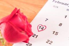subió en el calendario con la fecha de DA de la tarjeta del día de San Valentín del 14 de febrero Imagenes de archivo