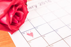 subió en el calendario con la fecha de DA de la tarjeta del día de San Valentín del 14 de febrero Foto de archivo libre de regalías