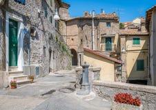 Subiaco oude stad in een de zomerochtend, provincie van Rome, Latium, centraal Italië royalty-vrije stock foto