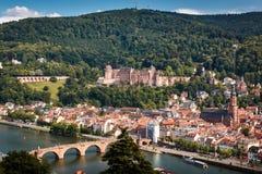 Subida à maneira do ` dos filósofos com uma vista do castelo de Heidelberg e da ponte velha, Heidelberg, Baden-Wuerttemberg, Alem fotografia de stock