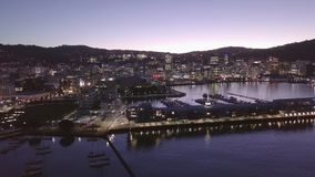 Subida aérea, crepúsculo 4k de Wellington City New Zealand At almacen de metraje de vídeo