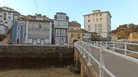 Subida ao lado da ponte do beijo Luarca 01 vídeos de arquivo