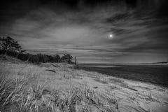 Subida blanco y negro de la luna sobre las dunas de arena Fotografía de archivo libre de regalías