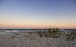 Subida de la luna en la playa de Vadu imagen de archivo libre de regalías