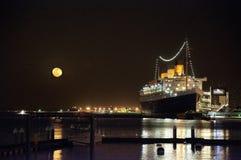 Subida de la luna, Queen Mary, Long Beach, California Fotos de archivo