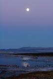 Subida de la luna sobre el mono lago imagenes de archivo