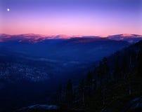 Subida de la luna sobre la sierra montañas Imagenes de archivo