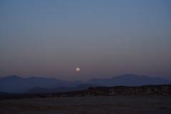 Subida de la luna sobre las montañas en Baja California Foto de archivo