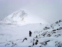 Subida de la montaña del invierno Imagenes de archivo