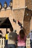 Subida de la pared del castillo del festival del renacimiento Fotografía de archivo libre de regalías
