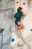 Subida de la roca de la muchacha Imagen de archivo libre de regalías