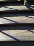 Subida de las escaleras del metal que llevan al cuadrado del ancla de la ciudad de Kronstadt fotos de archivo libres de regalías