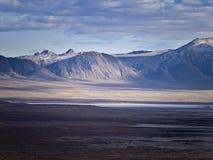 Subida de las montañas sobre la carretera 50 en Nevada Imagen de archivo libre de regalías