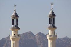 Subida de las torres de la mezquita sobre las montañas Foto de archivo libre de regalías