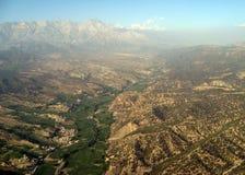 Subida de los altos picos sobre la calina cerca de Paquistán fotos de archivo libres de regalías