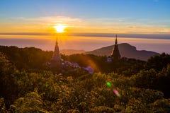 Subida de Sun en la pagoda en el top de la montaña, par del nacional de Inthanon Fotos de archivo