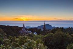 Subida de Sun en la pagoda en el top de la montaña, par del nacional de Inthanon Imagen de archivo libre de regalías