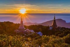Subida de Sun en la pagoda en el top de la montaña, par del nacional de Inthanon Imágenes de archivo libres de regalías