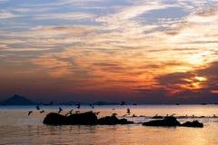 Subida de Sun en la playa del mar de la roca Imagen de archivo libre de regalías