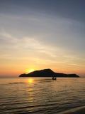 Subida de Sun en la playa por la mañana Foto de archivo libre de regalías
