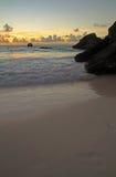 Subida de Sun en una playa tropical Foto de archivo libre de regalías
