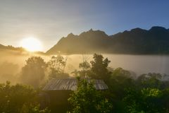 Subida de Sun por la mañana detrás de la montaña foto de archivo