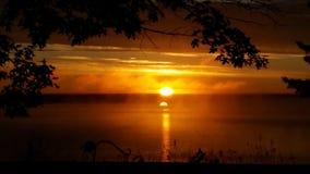Subida de Sun sobre el lago dubay imagenes de archivo
