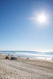 Subida de Sun sobre el paraíso frente al mar, Gold Coast de las personas que practica surf foto de archivo libre de regalías