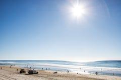 Subida de Sun sobre el paraíso frente al mar, Gold Coast de las personas que practica surf imágenes de archivo libres de regalías