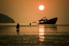 Subida de Sun y barco viejo Imagenes de archivo