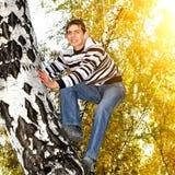 Subida del adolescente un árbol Imagen de archivo